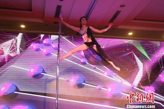 钢管舞性感展示高难度玩物空中v钢管引欢呼-幻网巨少女性感乳红美女私人图片