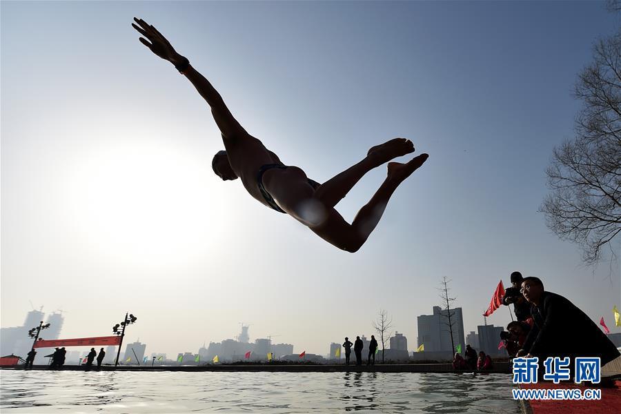 """(體育)(1)全民健身——""""泳士""""冬泳慶新年"""