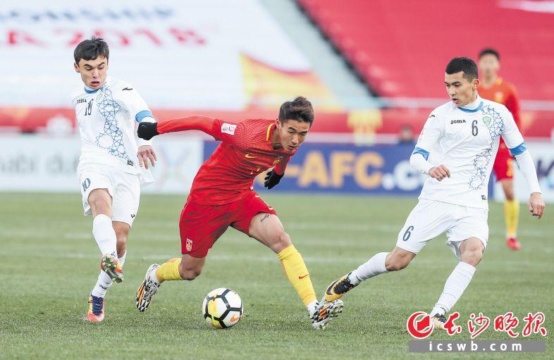 中國隊球員韋世豪(中)在比賽中帶球突破。新華社記者 楊磊 攝