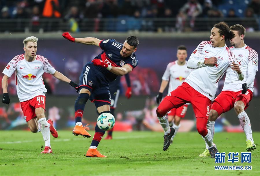 3月18日,拜仁慕尼黑队球员瓦格纳(左二)在比赛中射门.