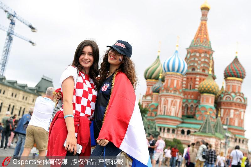 美女球迷身披克羅地亞國旗助陣