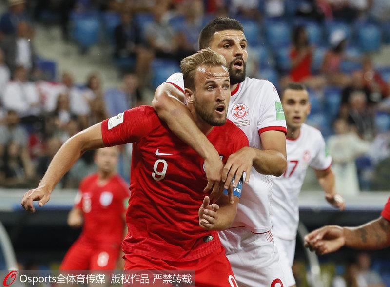 2018年6月18日,俄羅斯世界盃小組賽第一輪,英格蘭2-1戰勝突尼斯。圖為英格蘭隊哈裡-凱恩與突尼斯隊薩姆-本約瑟對抗。