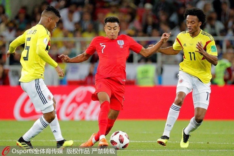 2018年7月3日,俄羅斯世界盃1/8決賽,英格蘭十二碼5-4戰勝哥倫比亞,挺進8強。圖為英格蘭中場球員傑西-林加德(中)在哥倫比亞中場球員維爾馬爾-巴裡奧斯(左)、哥倫比亞前鋒胡安-誇德拉多(右)逼搶下帶球。