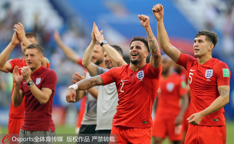 2018年7月7日,俄羅斯世界盃1/4決賽,英格蘭2-0戰勝瑞典。圖為英格蘭隊員凱爾-沃克和約翰-斯通斯慶祝勝利。