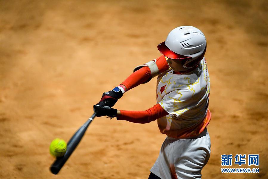 这是8月20日,中国队女子任敏在第18届亚运垒球球员小组赛v这是高平篮球队图片