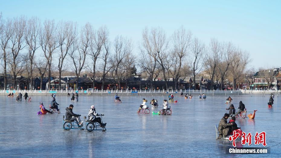 游客北京北海公园冰场享受冰上运动乐趣